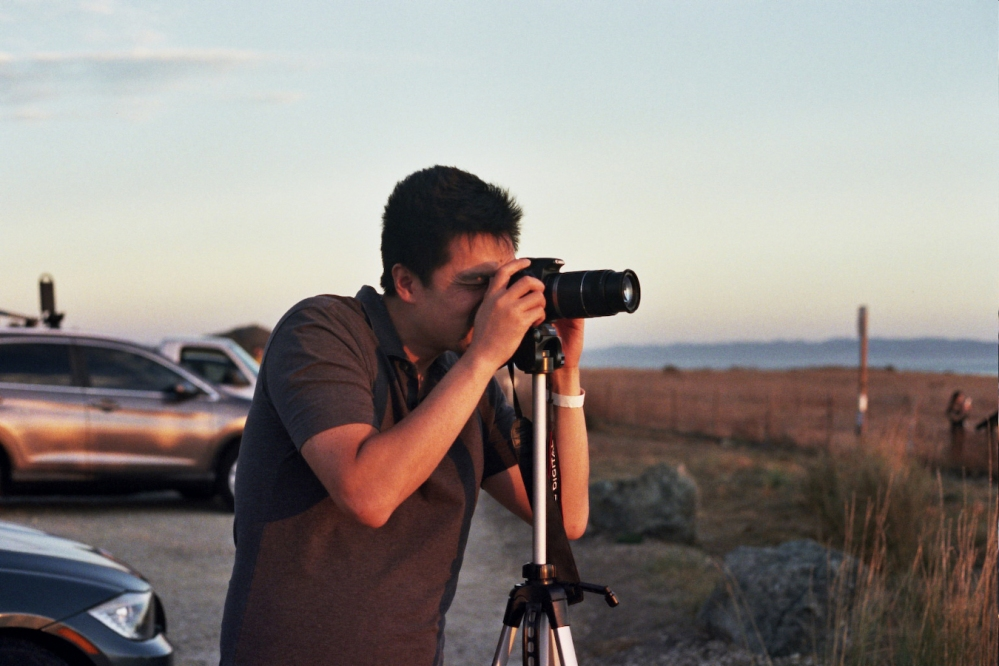 Shooting a sunset with my camera and my tripod.